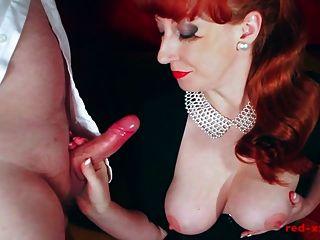 सेक्सी milf लाल उसके स्तन पर एक बड़ा भार लेता है