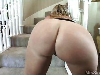 hotwife सीढ़ियों पर पति के दोस्त को चोदता है