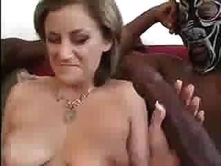 दो विशाल काले लंड एक लड़की को छेड़ रहे थे