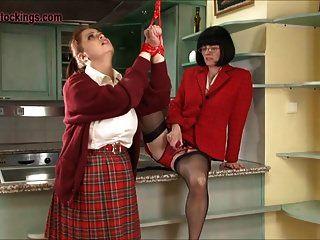 परिपक्व जूलिया उसके विशाल titty छात्र को अनुशासित करती है