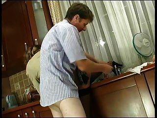 रूसी परिपक्व क्रिस्टी गुदा रसोई घर में गड़बड़