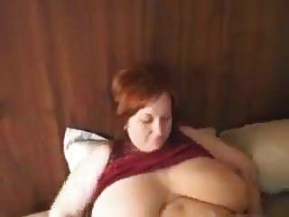 विशाल प्राकृतिक स्तन के साथ busty रेड इंडियन माँ
