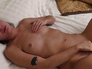 किशोर lizi एकल हस्तमैथुन में खुद को मालिश कर रही है