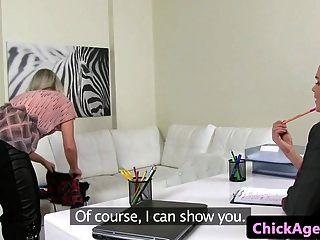 यूरो कास्टिंग निर्देशक उंगली उसके ग्राहक को टक्कर मारता है