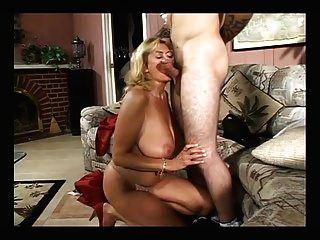 एक युवा लड़के के साथ बड़ा titty परिपक्व fucks