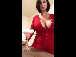 एक कॉकटेल के साथ बड़ी मजाकिया महिला