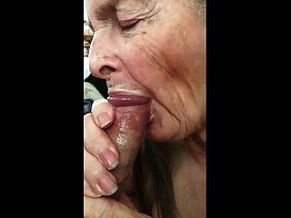 दादी शुक्राणु खाने के लिए handjob बनाता है 02