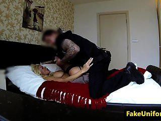 busty गोरा वेश्या पुलिसवाले द्वारा पुकारा गया