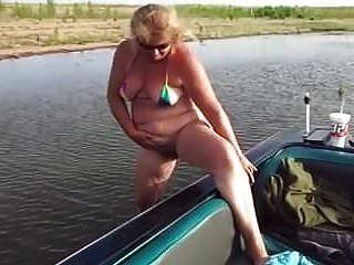 नाव के बगल में परिपक्व पिस