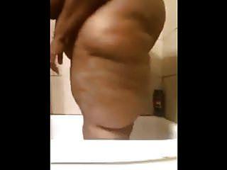 परिपक्व ssbbw उसके शरीर को दिखा रहा है