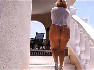 एक नग्न नंगे गधे के साथ परिपक्व छुट्टी पर चलता है।