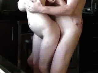 सुंदर बड़े स्तन एमआईएलए boltonwife डॉगस्टाइल खड़े हैं