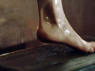 एमिलिया क्लार्क दिखा स्तन और गधा टब से बाहर हो रही है