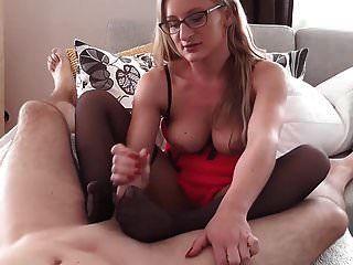 गर्म जर्मन पत्नी एक अच्छा नायलॉन footjob देता है