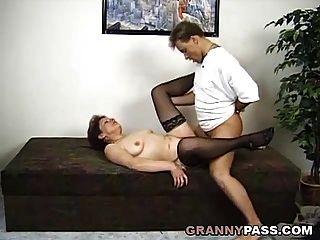 एक जर्मन दादी के साथ आश्चर्य त्रिगुट