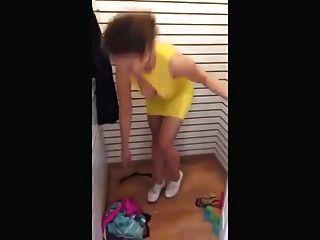 titties पोशाक से बाहर गिर जाते हैं
