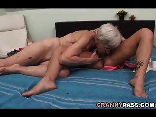 बालों वाली दादी समलैंगिक सेक्स की कोशिश करता है