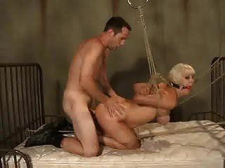 बाउंड एंड गैग्ड व्होर चेरी फटे को सेक्स टॉय की तरह इस्तेमाल किया जाता है