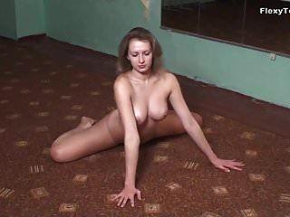 खूबसूरत जिमनास्ट लुगांजा अपने बड़े स्तन दिखाती है