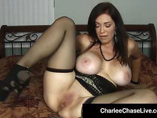 गर्म एमआईएलए चार्ली चेस बड़े काले dildo के साथ बिल्ली को सजा देता है!