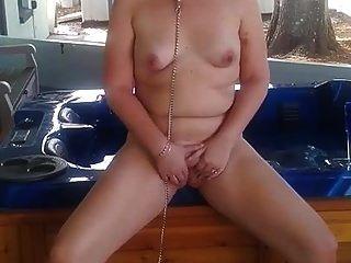 फूहड़ पत्नी आँगन पर खेल रही है