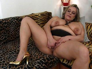 बड़े saggy स्तन के साथ परिपक्व सेक्स बम माँ