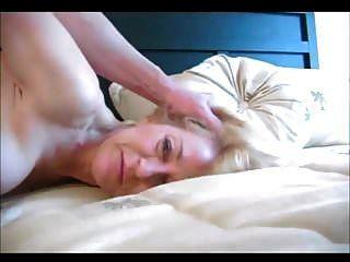 सुंदर सुनहरे बालों वाली दादी गुदा सेक्स कर रही है