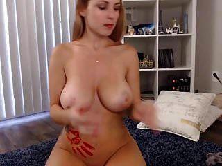 सुंदर स्तन पेंट के साथ खेल रहे हैं