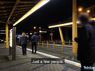 स्टेशन पर सार्वजनिक एजेंट रात का समय आउटडोर सेक्स