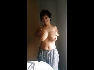 एशियाई महिला बड़े स्तन रगड़