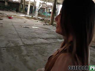 एले गुलाब बाहर एक मोटा लंड संवर्धन द्वारा गड़बड़ हो रही है