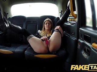 नकली टैक्सी हॉर्नी हॉट स्टूडेंट इच्छाओं ड्राइवर फिर से बड़ा डिक