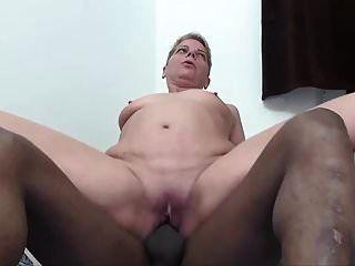 परिपक्व महिला उसकी गांड में लंड का आनंद लेती है