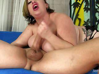 bbw एक आदमी को खुश करने के लिए उसके बड़े स्तन और वसा पेट का उपयोग करता है