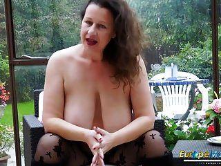 europemature busty milf स्तन के साथ खेल रहा है