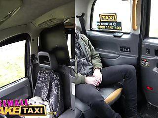 महिला नकली टैक्सी खूबसूरत गोरा एक अजनबी महान सेक्स देता है