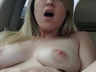 डिल्डो के साथ कार में बड़े स्तनपान कराने वाले स्तन