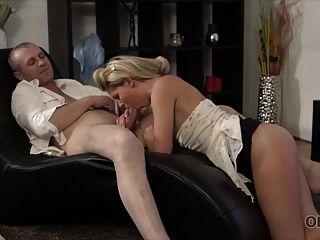 old4k। इस छोटी स्कर्ट में वह बहुत सेक्सी है