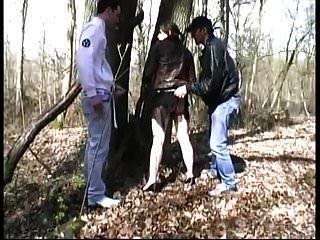 एक लकड़ी में अजनबियों द्वारा गड़बड़