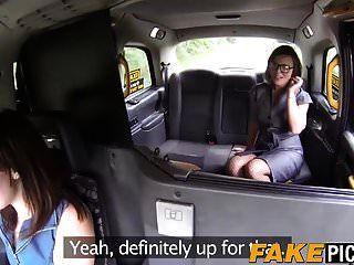 भव्य lesbo स्ट्रैपआन उसे lesbo टैक्सी ड्राइवर द्वारा टक्कर लगी है