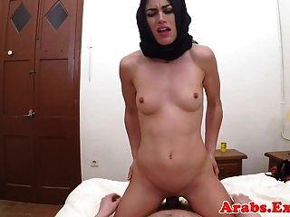 हिजाब अरब बेब सेक्स पीओवी के लिए नकद लेता है