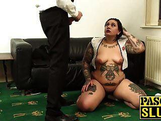 लिली क्रूर उसके गले और योनी एक मुर्गा के साथ भरा हो रही है