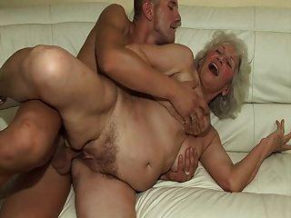 पहली बार वह एक गर्म नानी fucks!