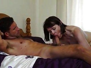 सेक्सी ब्रिटिश परिपक्व गृहिणी बेडरूम में काम करने वाला fucks