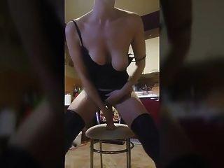 कुर्सी पर सींग का बना पॉलिश लड़की सवारी dildo