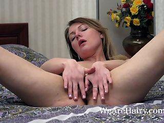 जेनिफर उसके बैंगनी खिलौने के साथ बिस्तर में हस्तमैथुन