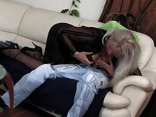 हॉट रशियन माँ saggy टिट्स गड़बड़ युवा पुरुष मोज़ा