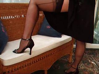 महिला आकर्षक काले कॉकटेल पोशाक w garterbelt और मोज़ा