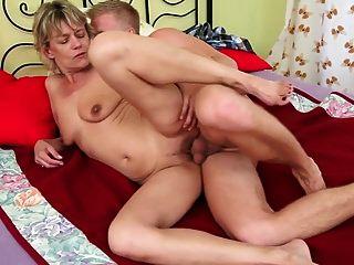 सेक्सी गोरा दादी युवा लड़के द्वारा गड़बड़ हो जाता है