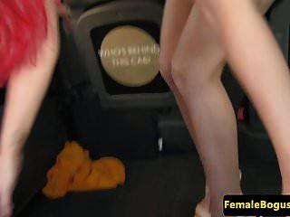महिला टैक्सी चालक busty ब्रिट द्वारा pussylicked